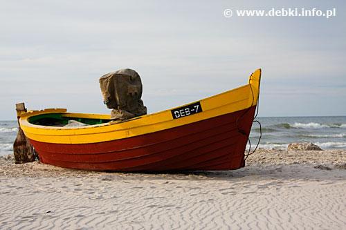 Plaża w Dębkach - kuter na plaży